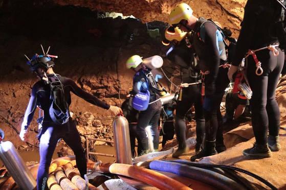 태국 동굴 소년 4명 구조…기적의 생환 어떻게 이뤄졌나