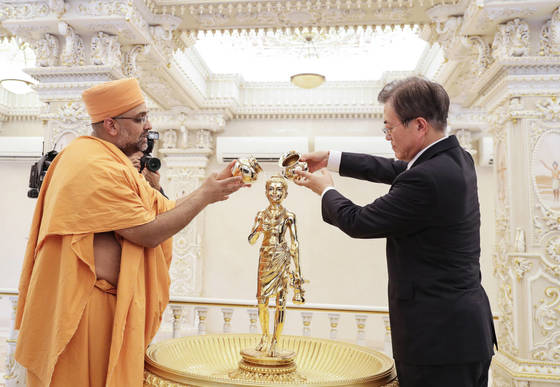 문재인 대통령 내외는 8일(일) 오후(현지시간) 인도 뉴델리에 도착한 후 인도 국빈방문 첫 일정으로 '악샤르담(Akshardham) 힌두사원'을 방문하고 있다.2018.7.8.청와대사진기자단