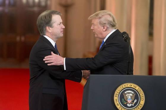 9일(현지시간) 도널드 트럼프 대통령과 악수를 나누는 브렛 캐배너 대법관 지명자. [EPA=연합뉴스]