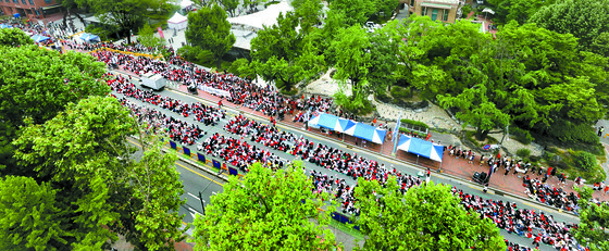 포털사이트 '다음' 카페 여성 단체 '불편한 용기' 소속 회원들이 9일 오후 서울 종로구 혜화역 인근에서 '불법촬영 편파 수사 2차 규탄 시위'를 하고 있다. [뉴스1]