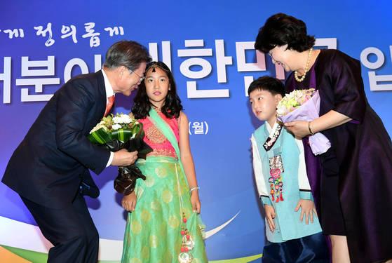 """인도 방문한 문 대통령 """"내 딸도 요가 강사"""" 다혜씨 직업 공개한 까닭은"""