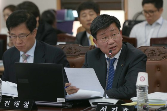 2013년 국회 법제사법위원회에서 질의하는 전해철 당시 민주당 의원. [중앙포토]