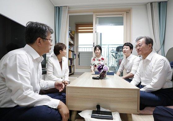 문재인 대통령이 5일 서울 구로구의 한 행복주택에 입주한 신혼부부 우재완, 이진경씨의 집을 방문해 대화를 하고 있다.