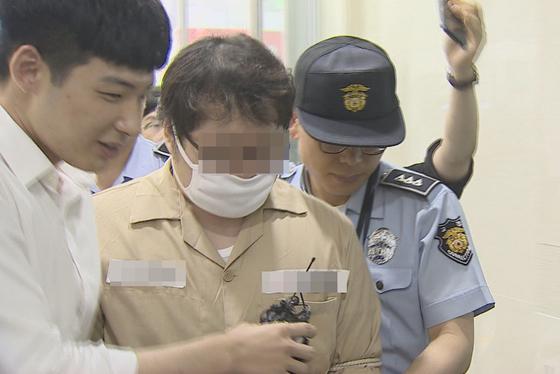 12일 서울 서초구에 위치한 특검 사무실에 출석한 '둘리' 우모씨. [연합뉴스]