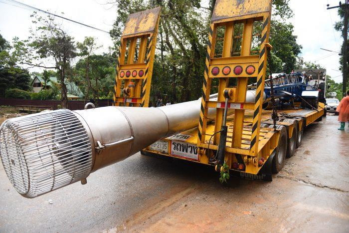 배수용 파이프를 트럭에 싣고 구조현장을 빠져나가는 타왓차이씨의 트럭. [카오솟 캡처=연합뉴스]