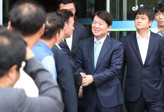 바른미래당 안철수 전 대표(오른쪽 두 번째)가 12일 오후 서울 여의도의 한 카페에서 기자간담회를 열고 정치에서 물러나 성찰과 채움의 시간을 갖겠다고 밝힌 뒤 건물을 나서며 관계자들과 인사를 나누고 있다. 변선구 기자