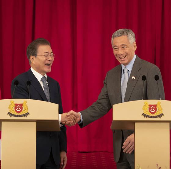 싱가포르를 국빈 방문 중인 문재인 대통령과 리셴룽 총리가 12일 오후 대통령궁인 이스타나에서 한·싱가포르 공동언론 발표를 마치고 악수하고 있다. 청와대 사진기자단