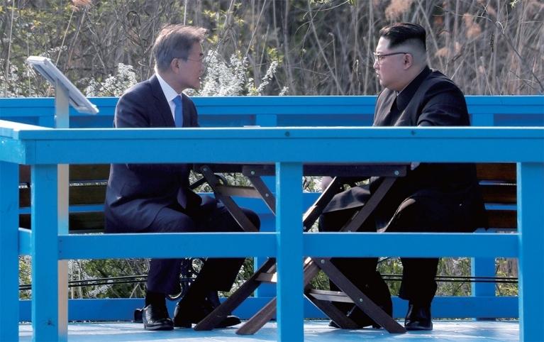 4월 27일 판문점 도보다리에서 김정은 북한 국무위원장과 대화 중인 문재인 대통령. [중앙포토]