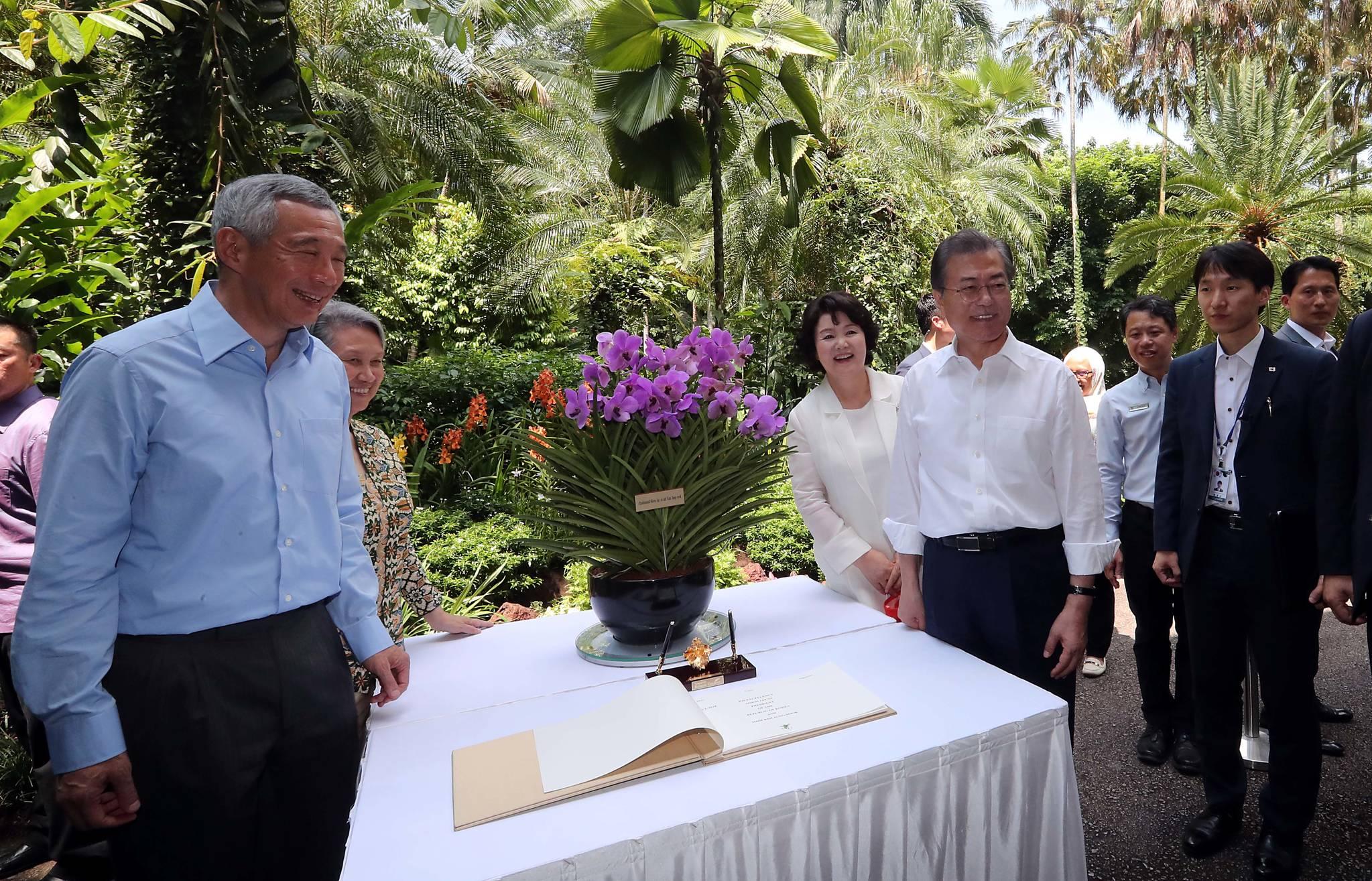 난초명명식에서 이름표를 꽂은 뒤 기념촬영을 하고 있는 문 대통령 부부. 왼쪽은 리셴룽 총리. 김상선 기자