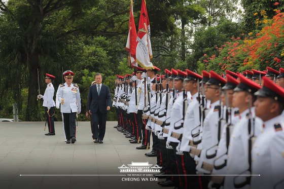 싱가포르를 국빈 방문한 문재인 대통령이 12일 오전 싱가포르 대통령궁에서 열린 공식 환영식에서 의장대를 사열하고 있다. 청와대 페이스북