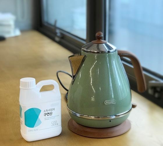 전기제품이라 물로 씻기 힘든 전기포트(커피포트)는 구연산으로 쉽게 내부를 세척할 수 있다.
