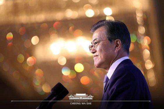 문재인 대통령이 12일 싱가포르 샹그릴라 호텔에서 '평화와 협력, 새로운 미래를 위한 도전'을 주제로 열린 한-싱가포르 비즈니스 포럼에서 기조연설을 하고 있다. 청와대 페이스북