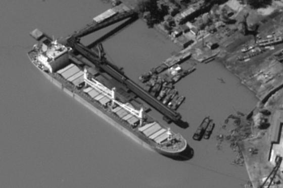 중국 소유 카이샹호가 지난해 8월31일 북한 항구에서 석탄을 선적하고 있는 모습. 이 선박은 9월 18일 베트남 항구 근처 해상에서 다른 선박에 북한산 석탄을 환적했다.[사진 WSJ]