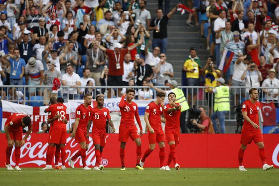 8일 열린 러시아 월드컵 8강전 스웨덴과의 경기에서 후반 델리 알리의 추가골이 터진 뒤 기뻐하는 잉글랜드 선수들. [AP=연합뉴스]