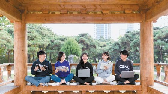 전북대는 낮에는 학과에서 전공을 공부하고 밤에는 다른 학과 학생들과 모여 비교과활동을 할 수 있는 레지덴셜 칼리지(RC)를 운영한다.