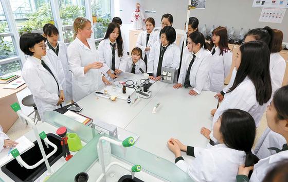 브랭섬홀 아시아는 교육 전반에 주도적 참여와 도전 의식, 그리고 소통을 강조한다. 사진은 과학실험 수업 모습.