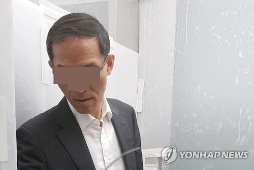 노회찬 정의당 의원에게 불법 정치자금 5000만원을 전달했다는 혐의를 받고 있는 도 모 변호사. 법원은 특검팀이 청구한 도 변호사에 대한 구속영장을 19일 기각했다. [연합뉴스]