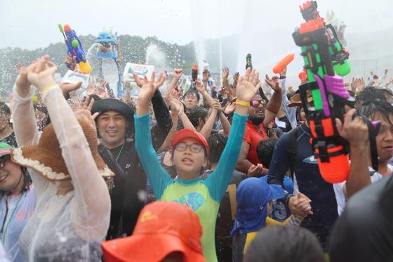 정남진 장흥 물축제는 태국 송크란 축제의 한국 버전이다. 여행객이 한데 모여 물풍선과 물총을 무기로 물싸움을 벌인다. [사진 장흥군]