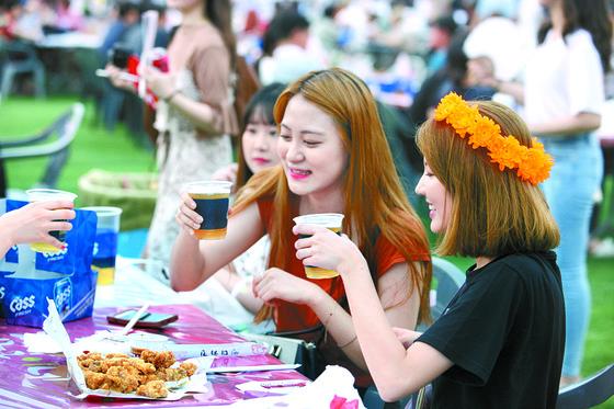 '국민 간식'치킨과 맥주의 궁합을 즐기는 대구치맥페스티벌. 대구의 여름을 더 뜨겁게 달구는 행사다. [사진 대구시]