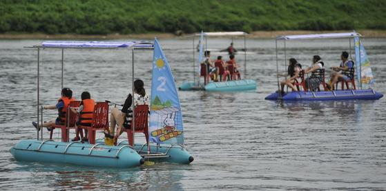 배를 타고 화천강을 누비며 유유자적 신선놀음을 즐길 수 있는 강원도 화천 쪽배축제. [사진 화천군]
