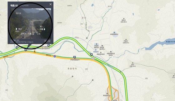 22일 오후 3시7분쯤 경부고속도로 하행선 추풍령휴게소 부근에서 도로가 균열되는 사고가 발생, 차량들이 갓길로 통행하고 있다. 신진호 기자