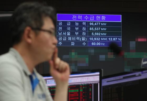 연일 이어진 폭염으로 전력수요가 증가하고 있는 가운데 지난 17일 서울 영등포구 한국전력 남서울지역본부 계통운영센터에서 직원이 업무를 보고 있다. [연합뉴스]