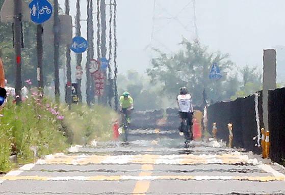 폭염이 계속되며 서울 낮 최고 기온이 35도까지 오른 20일 동호인들로 붐비던 서울 한강 잠원 지구 자전거 도로가 한산하다. [연합뉴스]