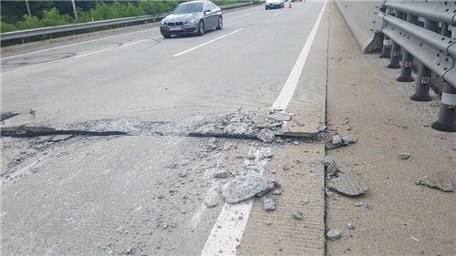 22일 오후 3시7분쯤 경부고속도로 하행선 추풍령휴게소 부근 도로에서 10~15㎝ 넓이의 틈이 7m가량 균열되는 사고가 발생했다. [연합뉴스]