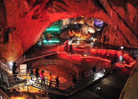 국내 석회암 동굴 중 규모가 가장 큰 삼척 환선굴. [사진 삼척시]