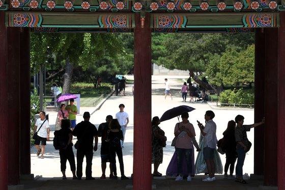 연일 폭염이 이어진 22일 경복궁을 찾은 관람객들이 그늘에서 더위를 식히고 있다. 장진영 기자