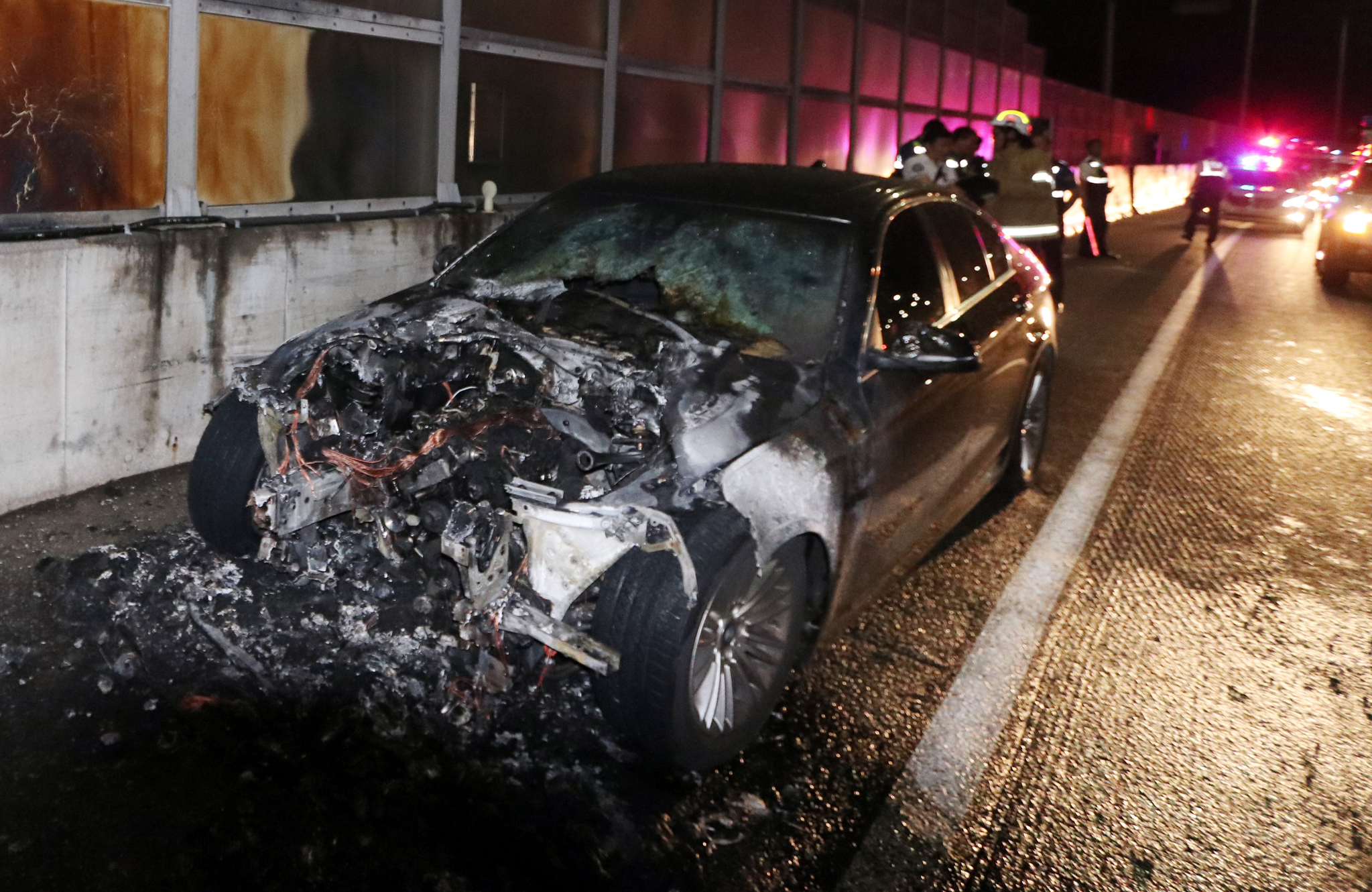 23일 오전 0시 10분쯤 인천시 남동구 서울외곽순환고속도로 장수IC로부터 일산 방면으로 1㎞ 떨어진 지점을 주행하던 BMW 520d 승용차에서 화재가 발생했다. [사진 인천소방본부]