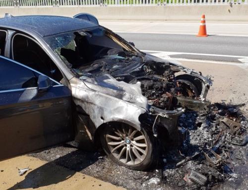 15일 엔진룸에서 불이 난 BMW 5시리즈 차량. [연합뉴스]