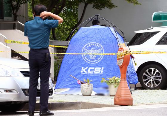 23일 오전 정의당 노회찬 원내대표가 투신 사망한 것으로 알려진 서울 중구 한 아파트에서 경찰들이 조사하고 있다. 연합뉴스