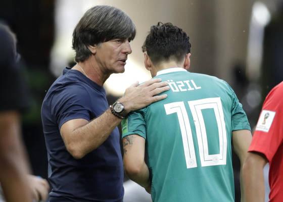 지난달 러시아 월드컵 한국전 도중 요아힘 뢰프 독일대표팀 감독(왼쪽)이 핵심 미드필더 메주트 외질에게 작전 지시를 내리고 있다. 독일이 이 경기에서 0-2로 완패한 이후 외질의 대표팀 퇴출을 요구하는 목소리가 부쩍 커졌다. [AP=연합뉴스]