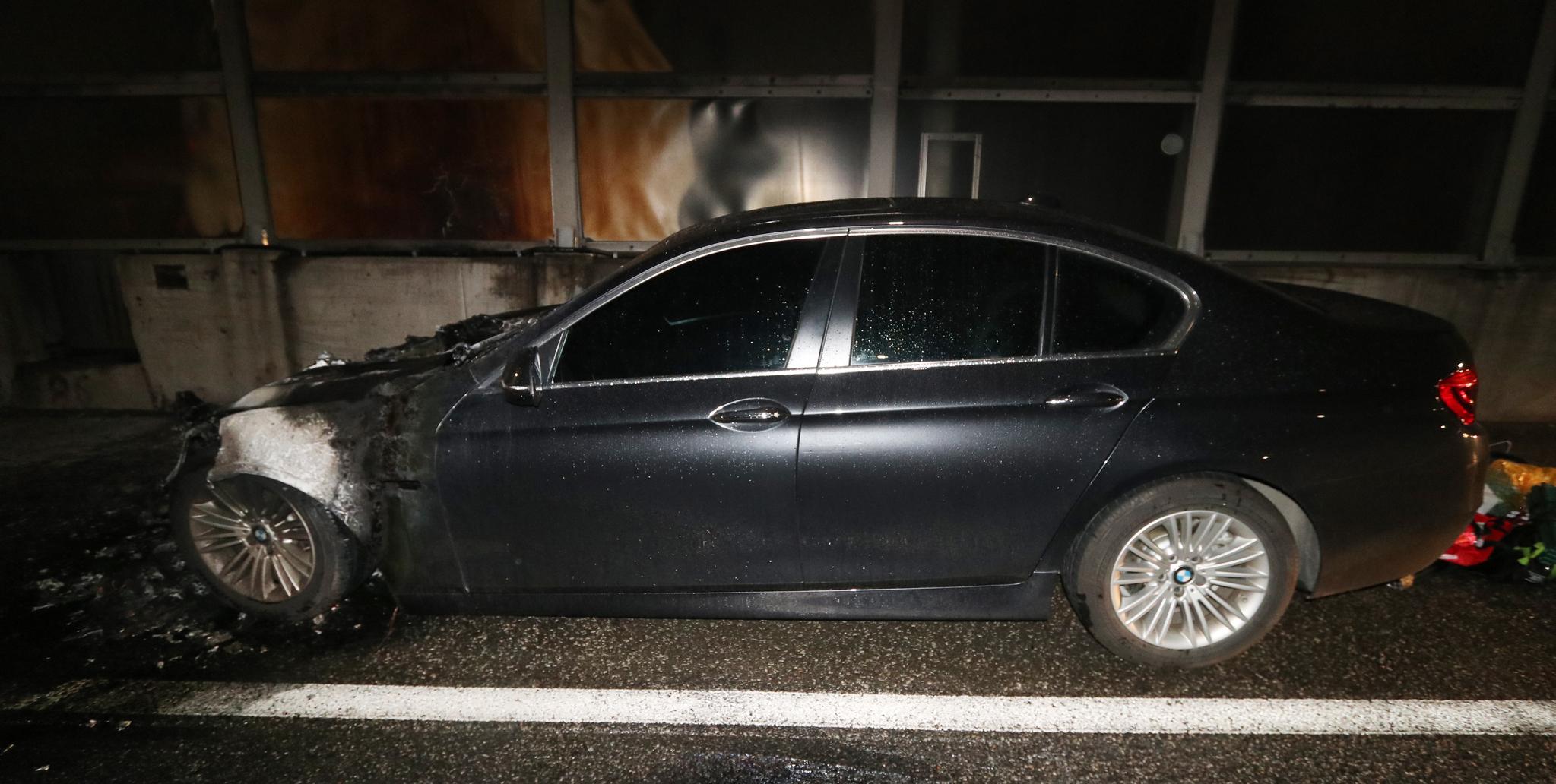 BMW 520d 승용차가 23일 오전 0시 10분쯤 인천시 남동구 서울외곽순환고속도로 장수 IC 인근에서 불이났다. 불에 탄 차량의 모습. [사진 부평소방서]
