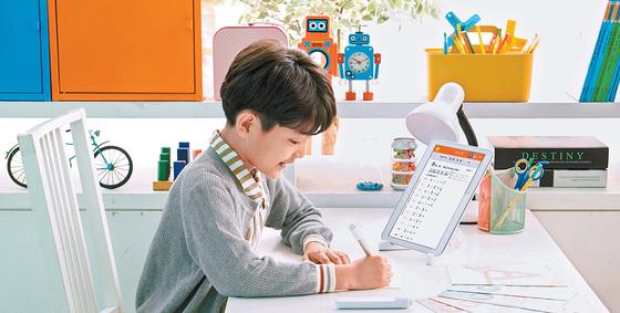 [열려라 공부+] 학습 교재에 문제 풀고, 태블릿PC서 채점 확인
