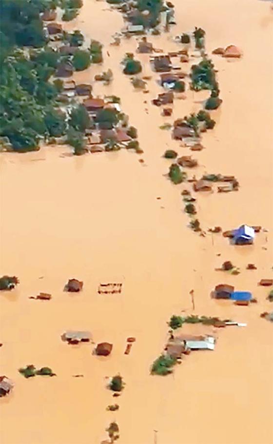 라오스 세피안-세남노이수력발전댐의 보조댐이 23일(현지시간) 폭우로 무너져 인근 6개 마을이 범람했다. 라오스통신(KPL)은 이 지역에 폭우가 내리면서 댐이 붕괴했다고 보도했다. [AFP=연합뉴스]