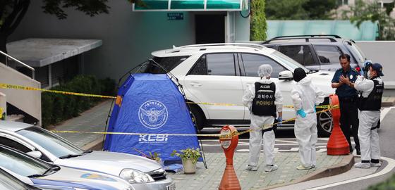 '드루킹' 김모씨 측으로부터 정치자금을 수수했다는 의혹 당사자인 정의당 노회찬 원내대표가 23일 투신해 숨진 채 발견된 서울 중구 한 아파트에서 경찰이 확인작업을 벌이고 있다. [연합뉴스]