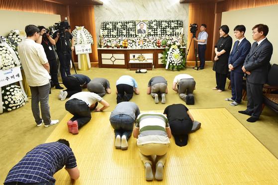 고 노회찬 정의당 원내대표의 빈소가 23일 서울 마포구 연세대 세브란스병원 장례식장에 마련된 가운데 시민들이 조문하고 있다. 우상조 기자