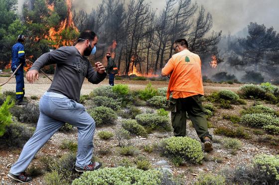 소방대원과 자원봉사자들이 아테네 인근 산불을 끄기 위해 애쓰고 있다. [EPA=연합뉴스]