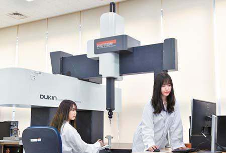 산기대 학생은 대학에 입주한 220개 기업과 기업 연구소에서 현장실습 교육을 받을 수 있다. [사진 한국산업기술대]