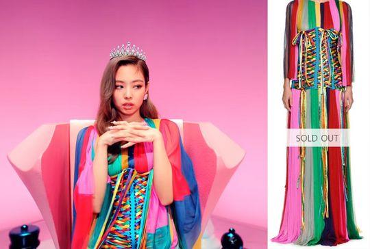제니가 뮤직비디오 도입부에 입은 돌체앤가바나 레인보우 쉬폰 드레스와 코르셋 벨트. 코르셋 벨트는 품절, 드레스는 300만원.