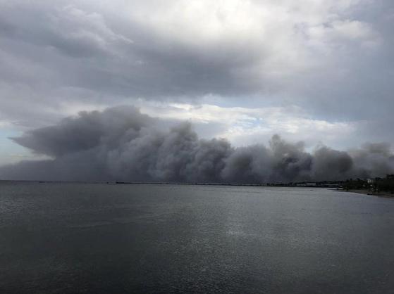 24일 아테네 동북부 마티 해안이 온통 연기로 뒤덮혀 있다. [REUTER=연합뉴스]
