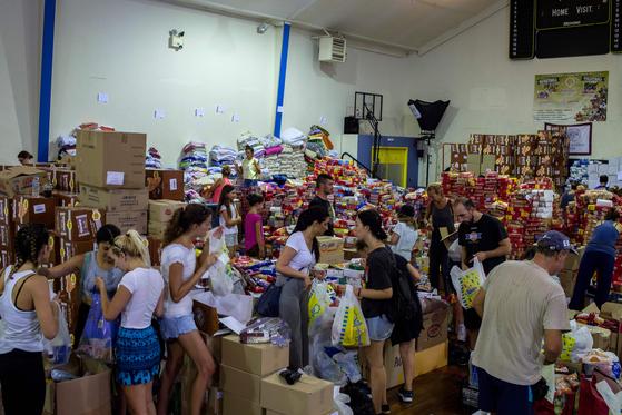 25일 아테네 마티 인근에서 자원봉사자들이 구호품을 정리하고 있다. [AFP=연합뉴스]