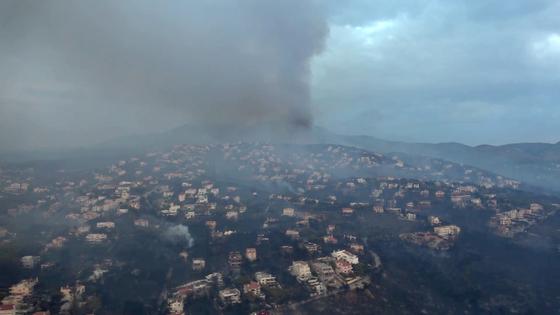 24일 아테네 동북부 해안 유양지 마티가 연기로 뒤덮혀 있다. [AFP=연합뉴스]