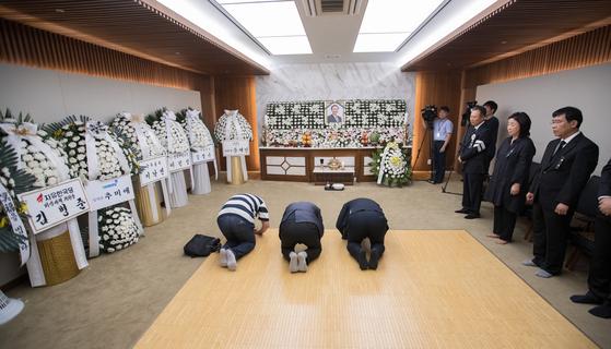 23일 오후 서울 서대문구 신촌 세브란스병원 장례식장에 마련된 고 노회찬 정의당 원내대표의 빈소에서 시민들이 조문하고 있다. 우상조 기자