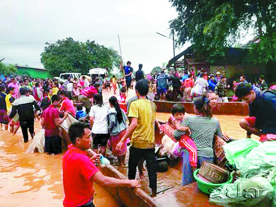 라오스댐 붕괴로 대피하는 주민들 [연합뉴스]