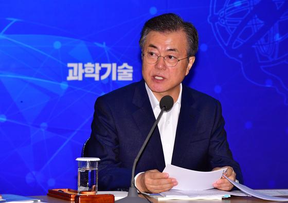 """문 대통령 """"계엄 문건, 송영무 잘잘못 따져봐야"""""""