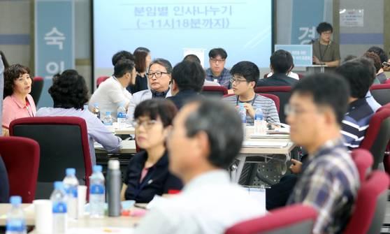 2022학년도 대학 입시의 큰 방향을 결정할 공론화 충청권 시민참여단이 지난 15일 대전 KT연수원에서 모여 공론화 과정에 대해 설명듣고 있다. [연합뉴스]