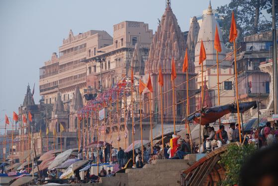 갠지스강 강가에서 힌두교의 종교행사가 열리고 있었다. 삶과 죽음, 그 사이에 흐르는 강. 그게 갠지스였다. 바라나시=백성호 기자